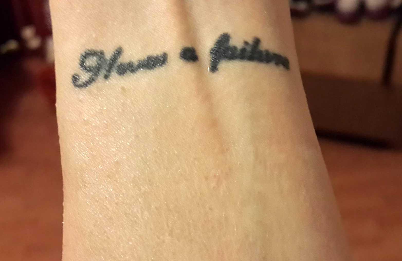 Как выглядят татуировки через время в стиле надпись 3